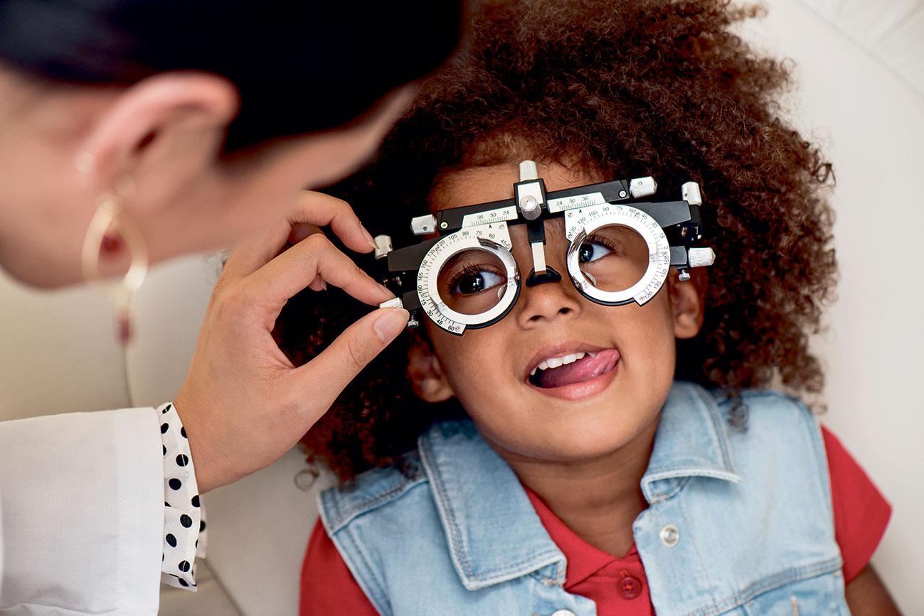 Kleines Mädchen wird von einer Ärztin an den Augen untersucht.