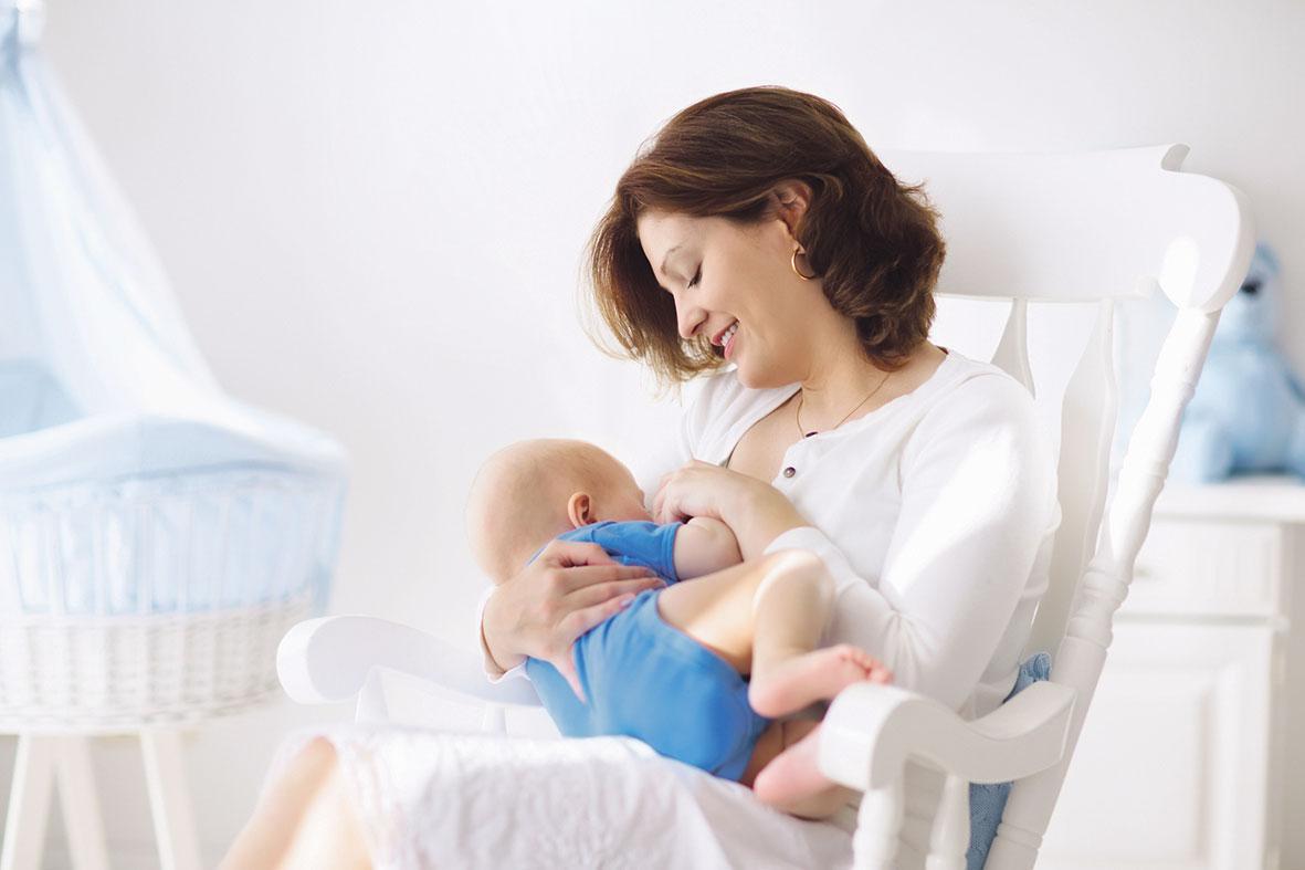 Mutter stillt ihr Baby. Thema: Muttermilch