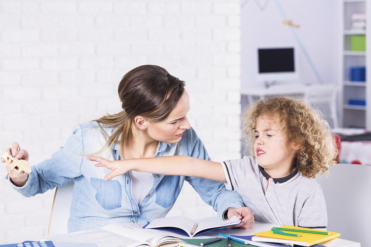 Mutter mit Kind, das herumquengelt. Thema: ADHS
