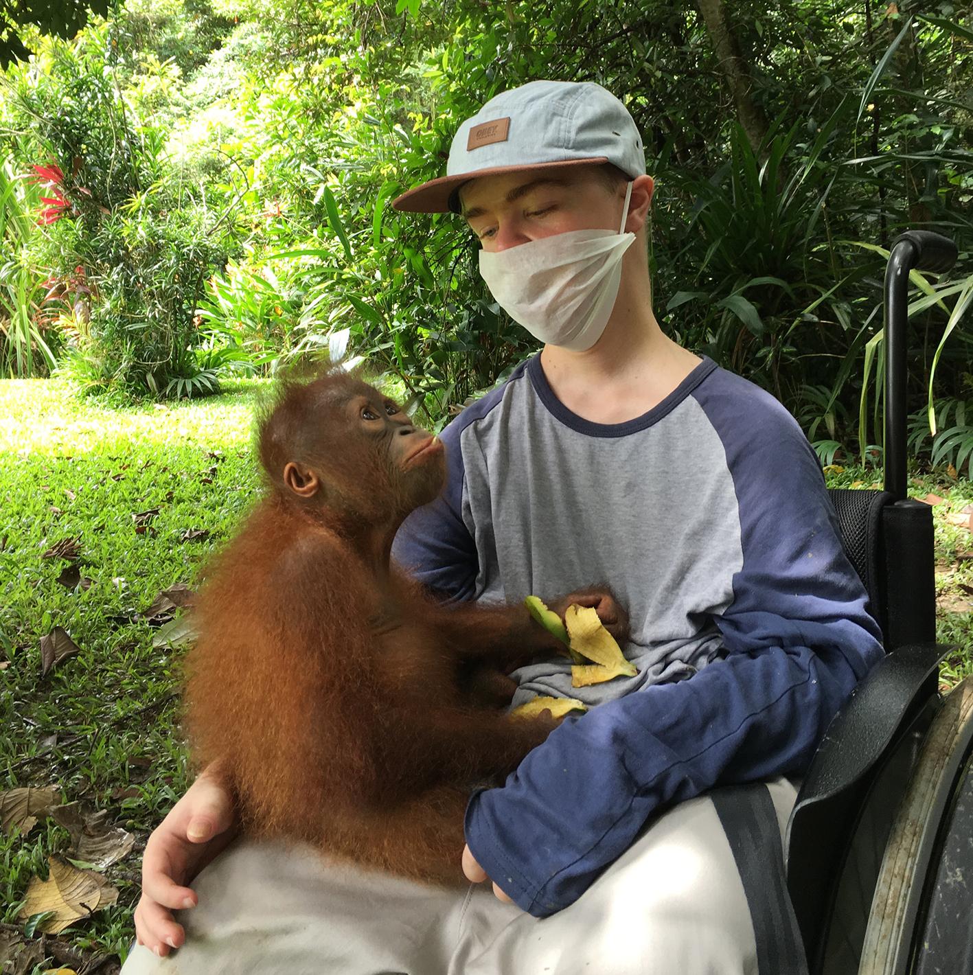 Benni Over mit Orang-Utan-Dame auf dem Schoß