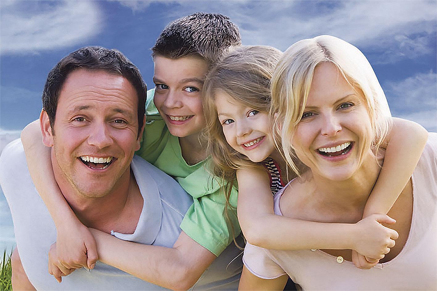 Eine glückliche Familie mit zwei Kindern