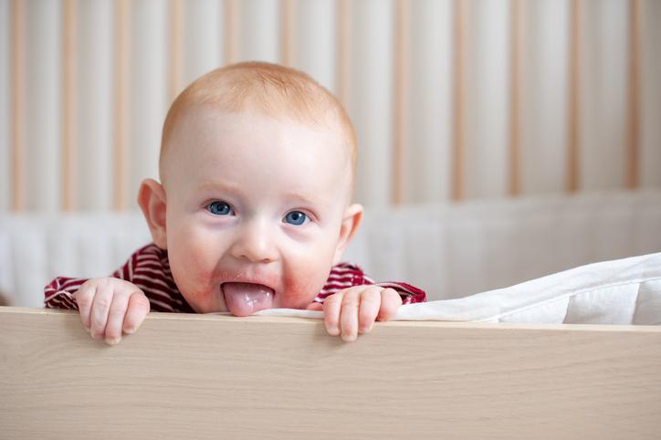 Säugling mit Neurodermitis. Heilpilze können therapiebegleitend oder vorsorglich eingesetzt werden.