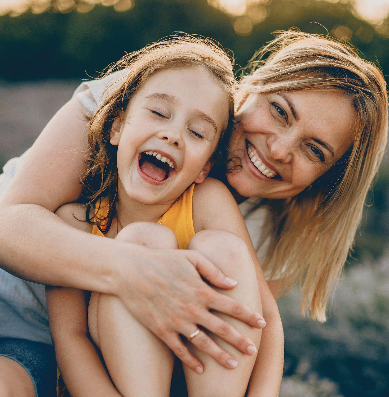 Eine Mutter mit ihrem Kind; beide lachen