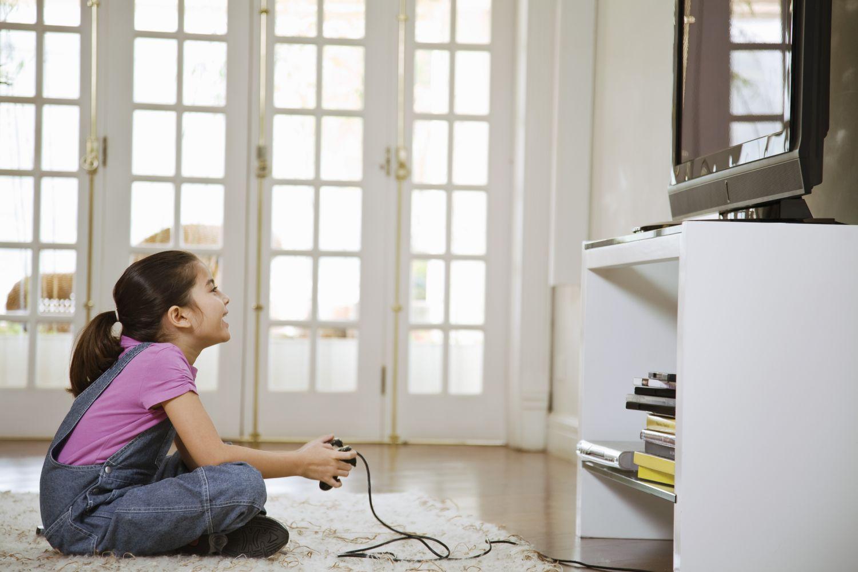 Kind an der Spielkonsole
